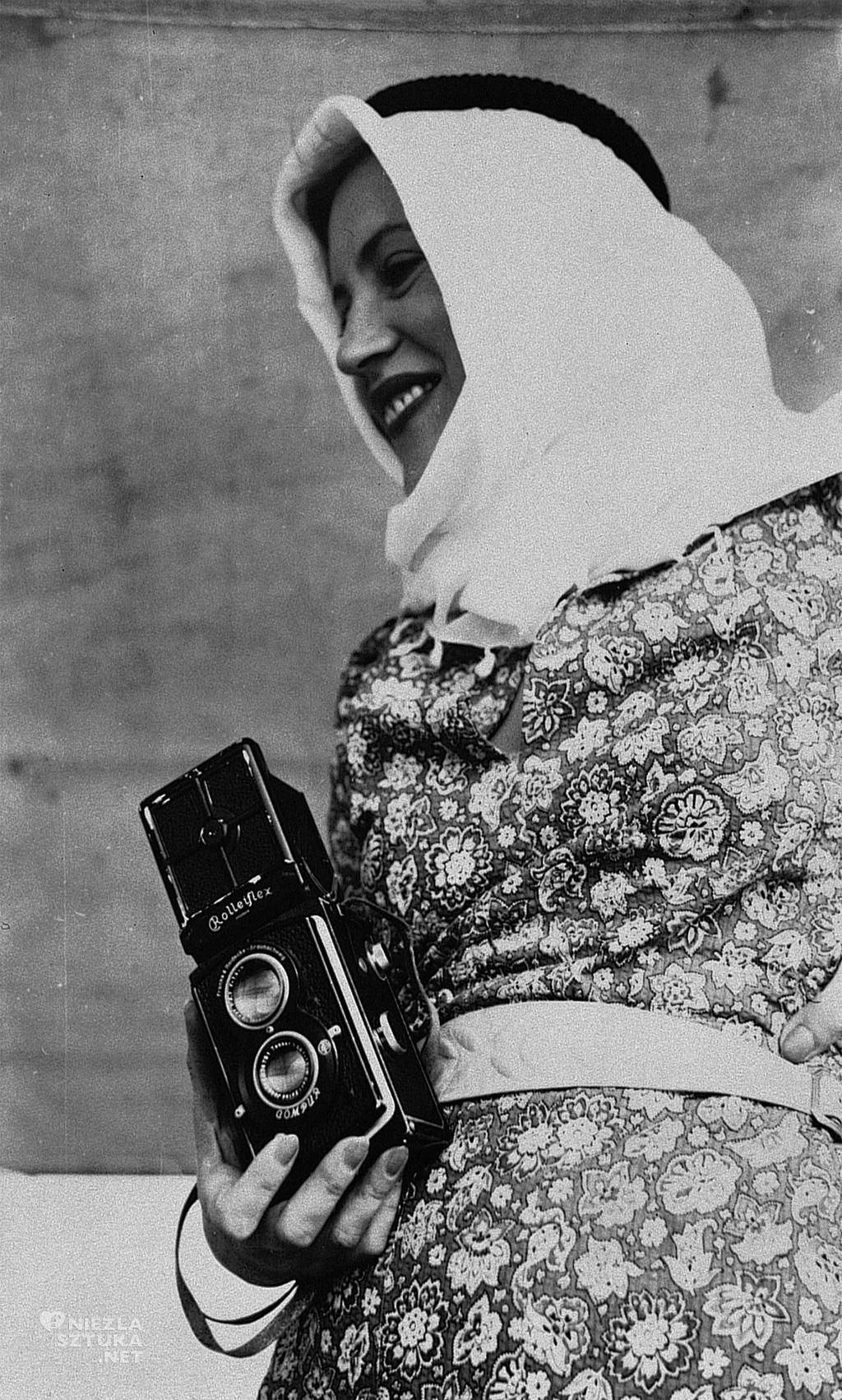 Nieznany fotograf <em>Lee Miller trzymająca aparat Rolleiflex, Egipt</em> | 1935, digital.lib.uiowa.edu