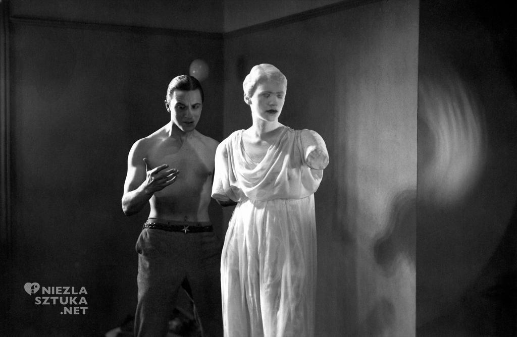 Lee Miller jako statua w filmie Krew poety