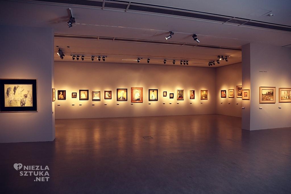 Widok ogólny na wystawę malarstwa Dudy-Gracza