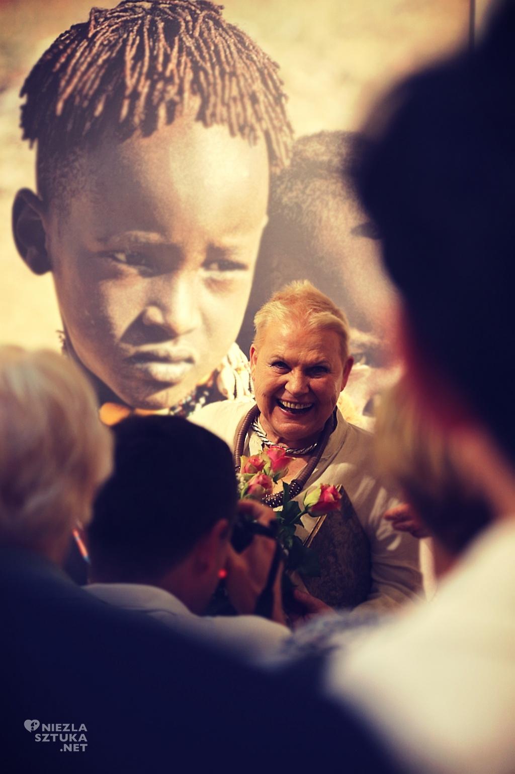 Elżbieta Dzikowska podczas wernisażu wystawy: Etiopia. Plemiona z doliny Omo