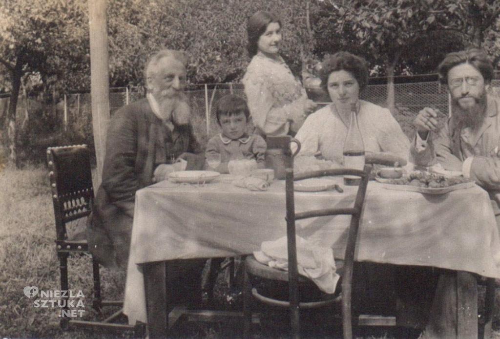 Z ojcem, siostrą, mężem i synem, przed 1907