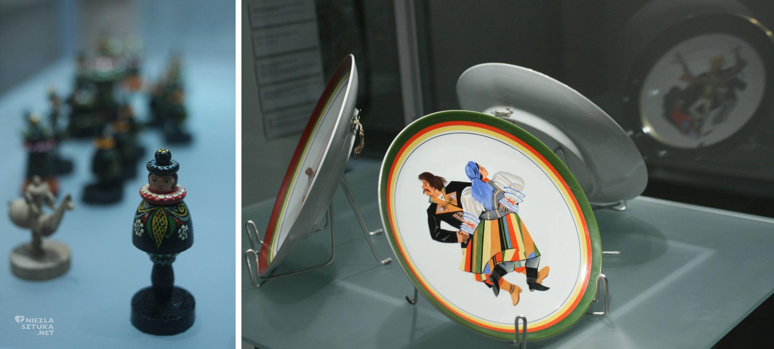 """Po lewej: Szachy autorstwa Zofii Stryjeńskiej; Po prawej: Półmiski i talerze malowane ręcznie w fabryce Porcelany Ćmielowie, wystawa """"Zofia Stryjeńska 1891-1976"""" w Muzeum Narodowym w Krakowie"""