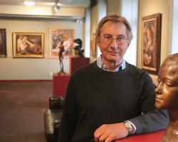 Krzysztof Musiał kolekcjoner sztuki na tle swojej kolekcji