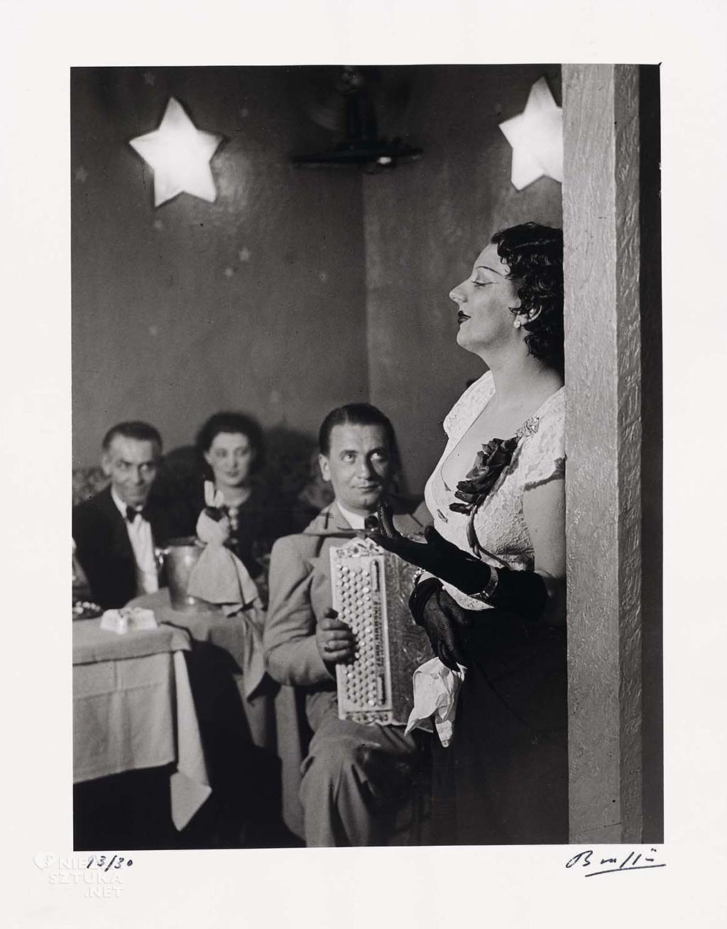 """Brassaï, <em>Kiki z akordeonistą w """"Cabaret des Fleurs"""",</em><br>, 1932, www.mfa.org"""