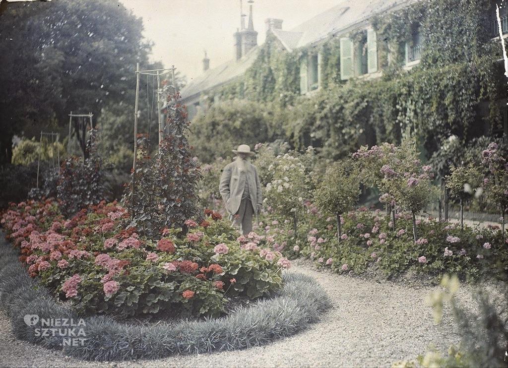 Claude Monet przed swoim domem w Giverny