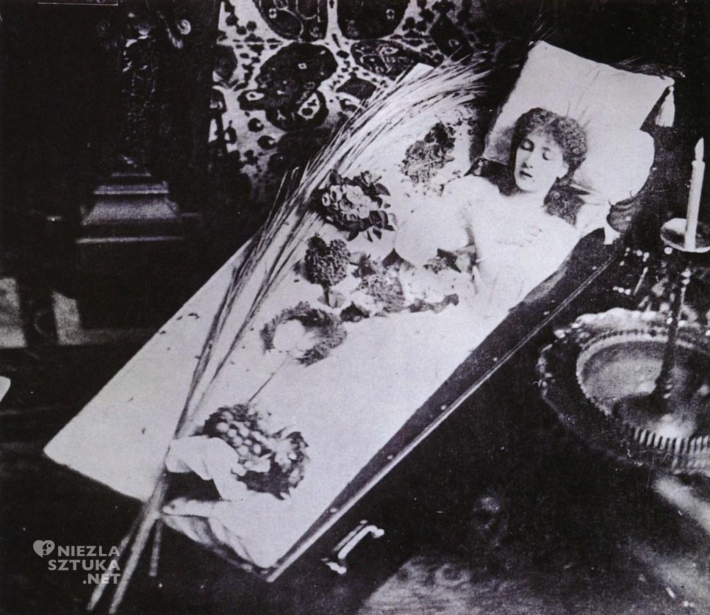 Sarah Bernhardt w swojej słynnej trumnie, o której rozpisywała się prasa | 1882, fot.: theredlist.org