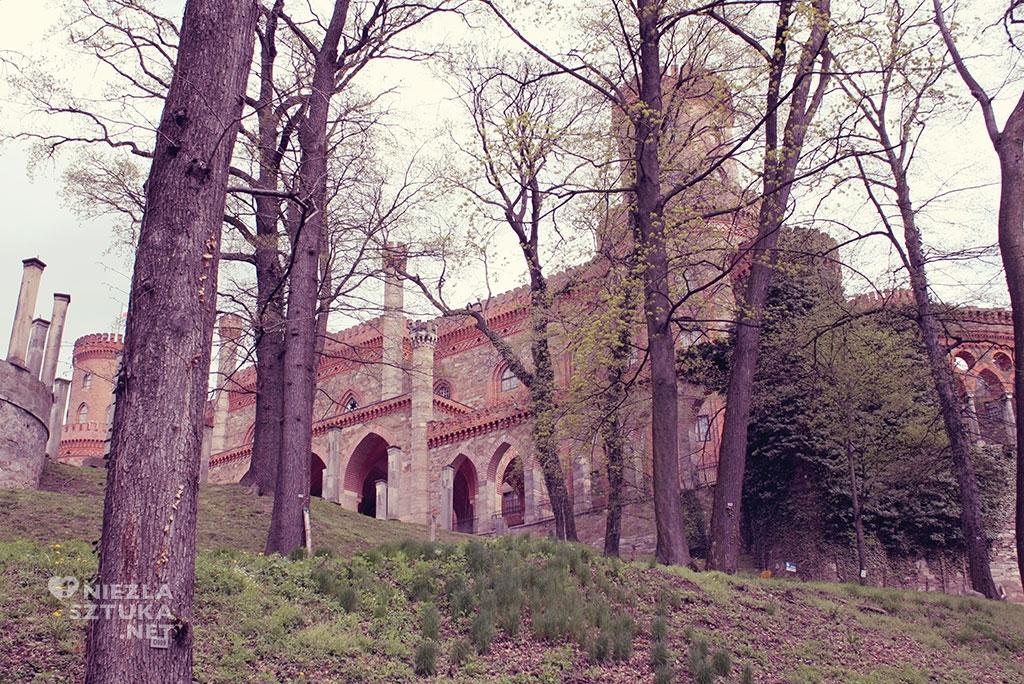 Zarys pałacu u stóp wzgórza, fot.: Agnieszka Gawrońska