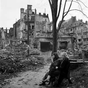 Lee Miller two German women in ruined Cologne, |  1945, fot. www.vintag.es