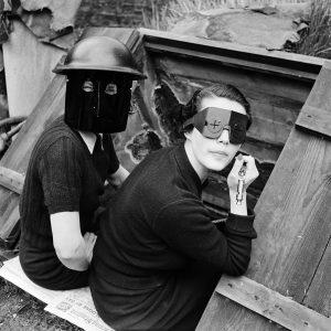 Lee Miller Kobiety w maskach przeciwogniowych, Downshire Hill, Hampstead, Londyn,    1941, fot. www.vintag.es