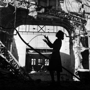 Lee Miller Irmgard Seefried, Opera singer, singing an aria from 'Madame Butterfly', Vienna Opera House, Vienna, Austria,    1945,  fot. www.vintag.es