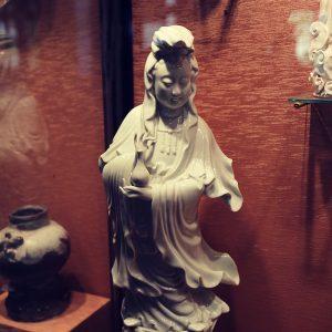 Figurka Bodhisattwy Guanyin, Chiny, Dehua, dynastia Qing, pierwsza połowa XIX w., porcelana