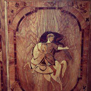 Fragment intarsjowanych drzwi