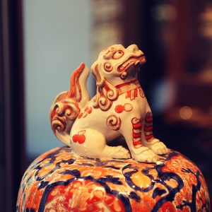Fragment wazy z nakrywą i uchwytem w formie lwa Fo, Chiny, dynastia Qing, XIX w., porcelana malowana podszkliwnie kobaltem i naszkliwnie czerwienią i złotem
