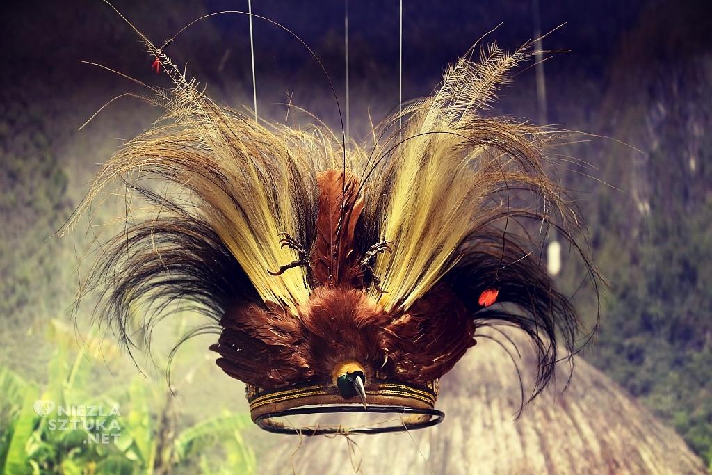 Nakrycie głowy z rajskim ptakiem z Nowej Gwinei