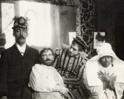 Mucha w pokoju nad kawiarnią z przyjaciółmi (Paul Gauguin, Alfonse Mucha, Luděk Marold, Anna the Javanaise) | 1893-1894, fot.: muchafoundation.org
