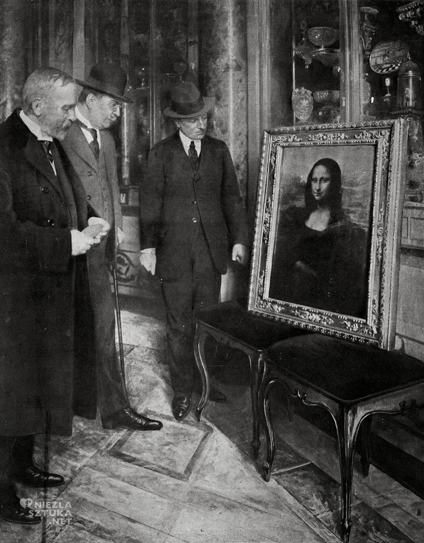 Dyrektor Muzeum Uffizi - Giovanni Poggi, malarz Luigi Cavenaghi oraz Corrado Ricci oglądają odzyskany obraz, Florencja, 1913
