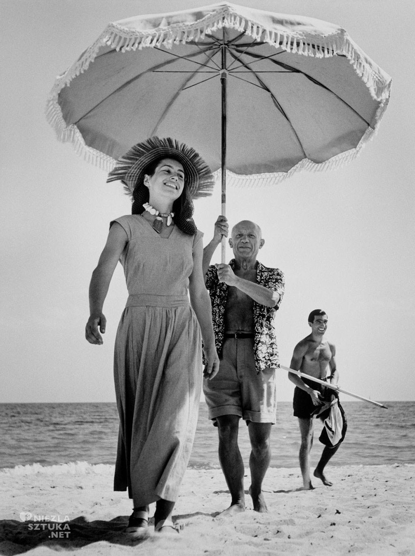 Pablo Picasso i Francoise Gilot na plaży w Golfe-Juan, fot. Robert Capa | 1948