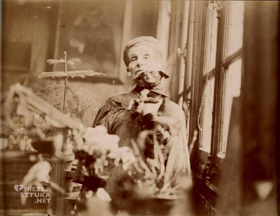 Olga Boznańska w pracowni paryskiej, Olga Boznańska, Autoportret z pędzlem i kwiatami, fotografia, Niezła sztuka