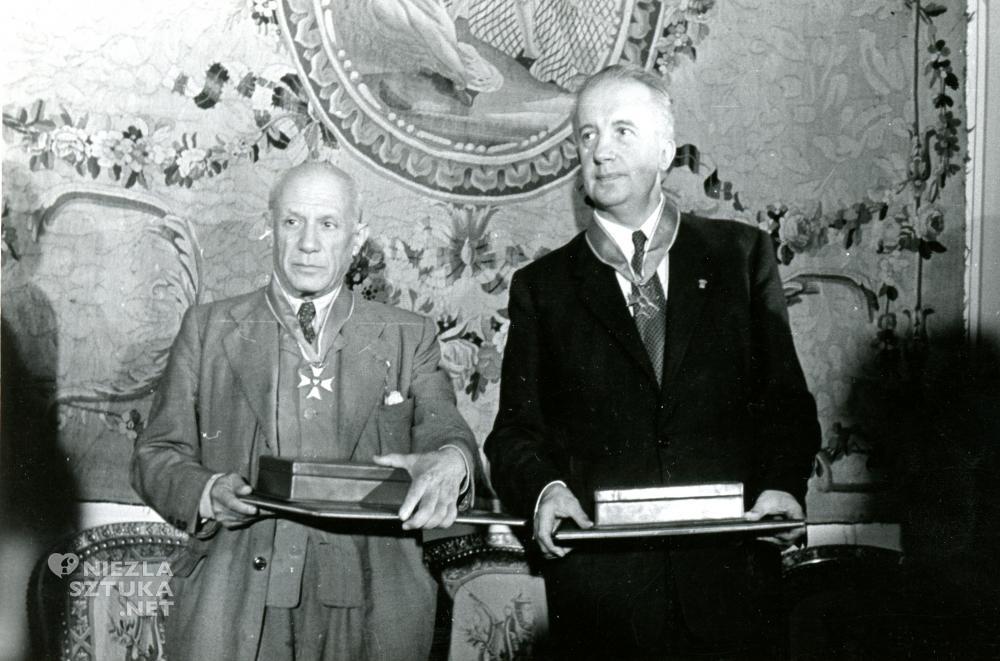 Pablo Picasso i poeta Paul Eluard odznaczeni Krzyżem Komandorskim z Gwiazdą orderu Polonia Restituta, fot. Archiwum Polskiej Akademii Nauk