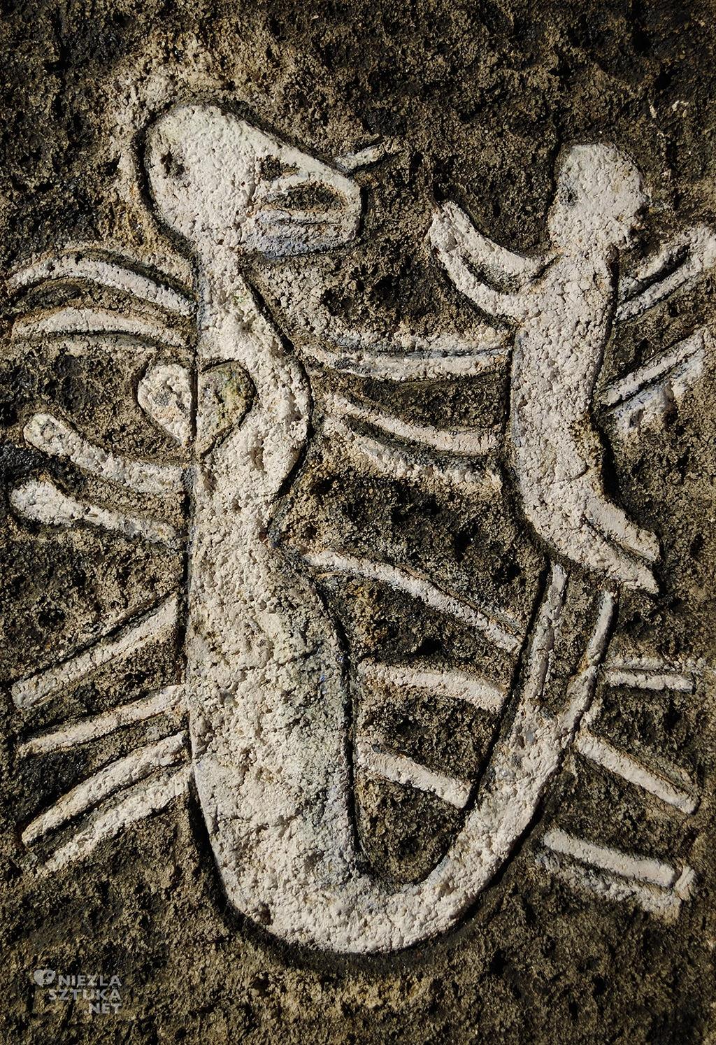Zofia Czerwosz, Wojciech Czerwosz Syrena z dzieckiem na ogonie na fali | 1979, szamot szkliwiony, szer. 31 cm x 44 cm długości; grubość: 2 cm