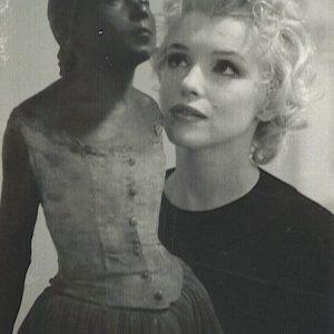 Marilyn Monroe z rzeźbą Edgara Degas w William Goetz House | 1956, fot. Joshua Logan, źródło: theredlist.com