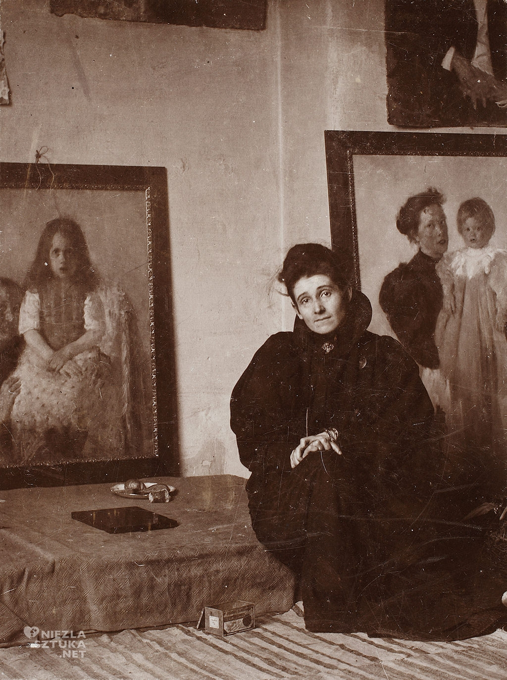 Olga Boznańska w pracowni w Monachium, fotografia, Niezła sztuka