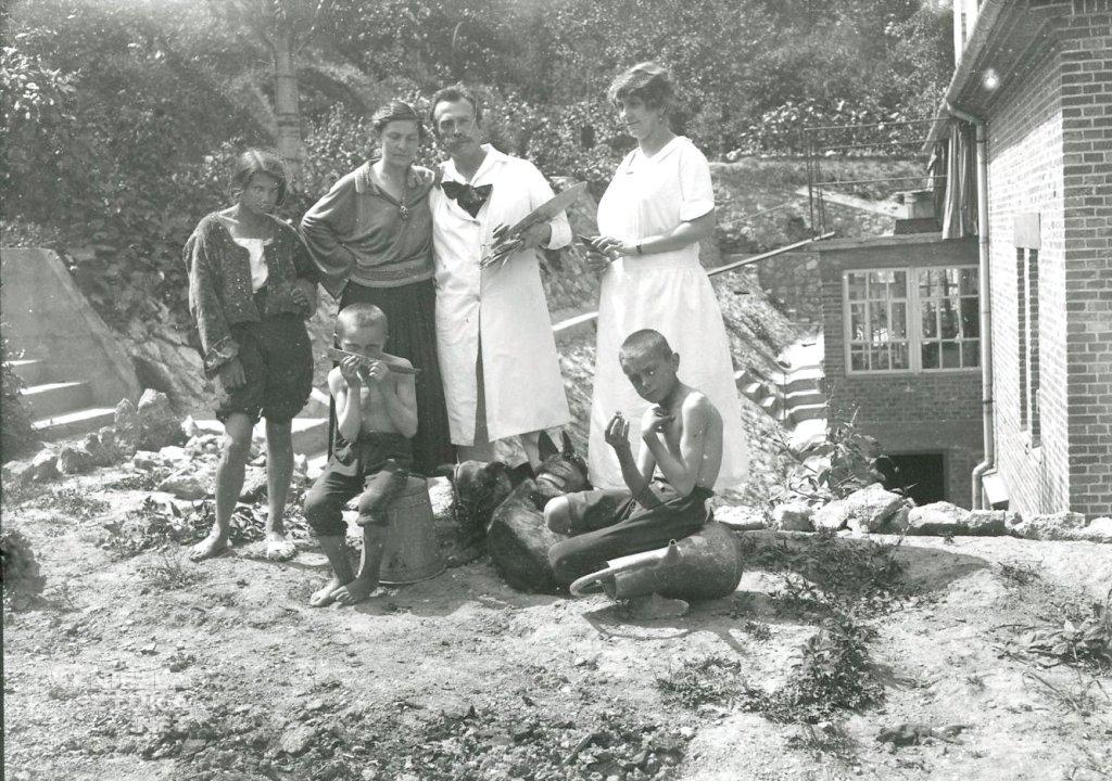 Hofmanowie, ich gosposia, modele i pies, w ogrodzie domu przy ul. Spadzistej w Krakowie, ok. 1925, fot. pochodzi z publikacji W Szklarskiej Porębie wszystkie drogi prowadzą do Wlastimilówki