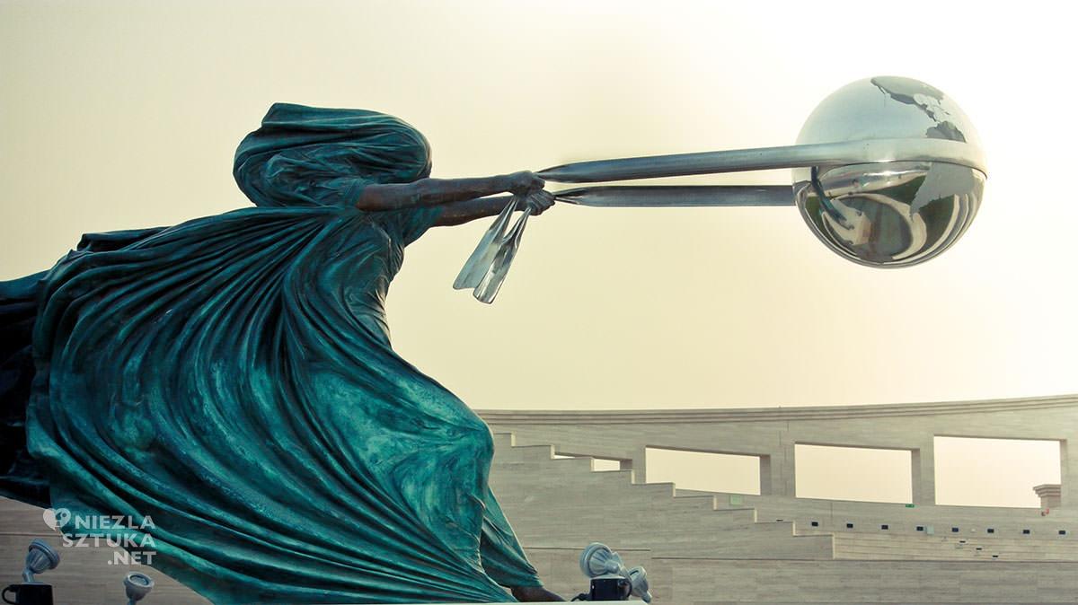 Lorenzo Quinn, Siła natury, fotografia, Niezła Sztuka
