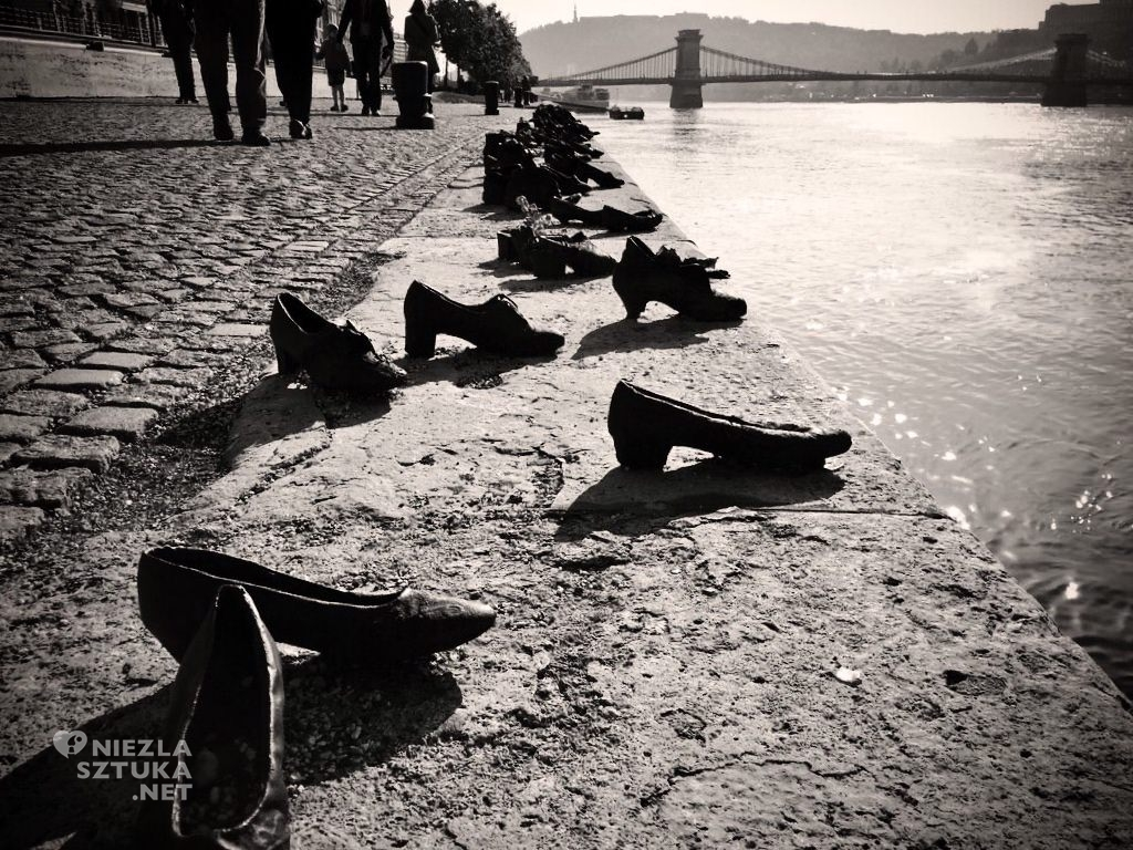 Guyla Power, rzeźba, James Handlon, Shoes on the Danube River, fotografia, Niezła Sztuka