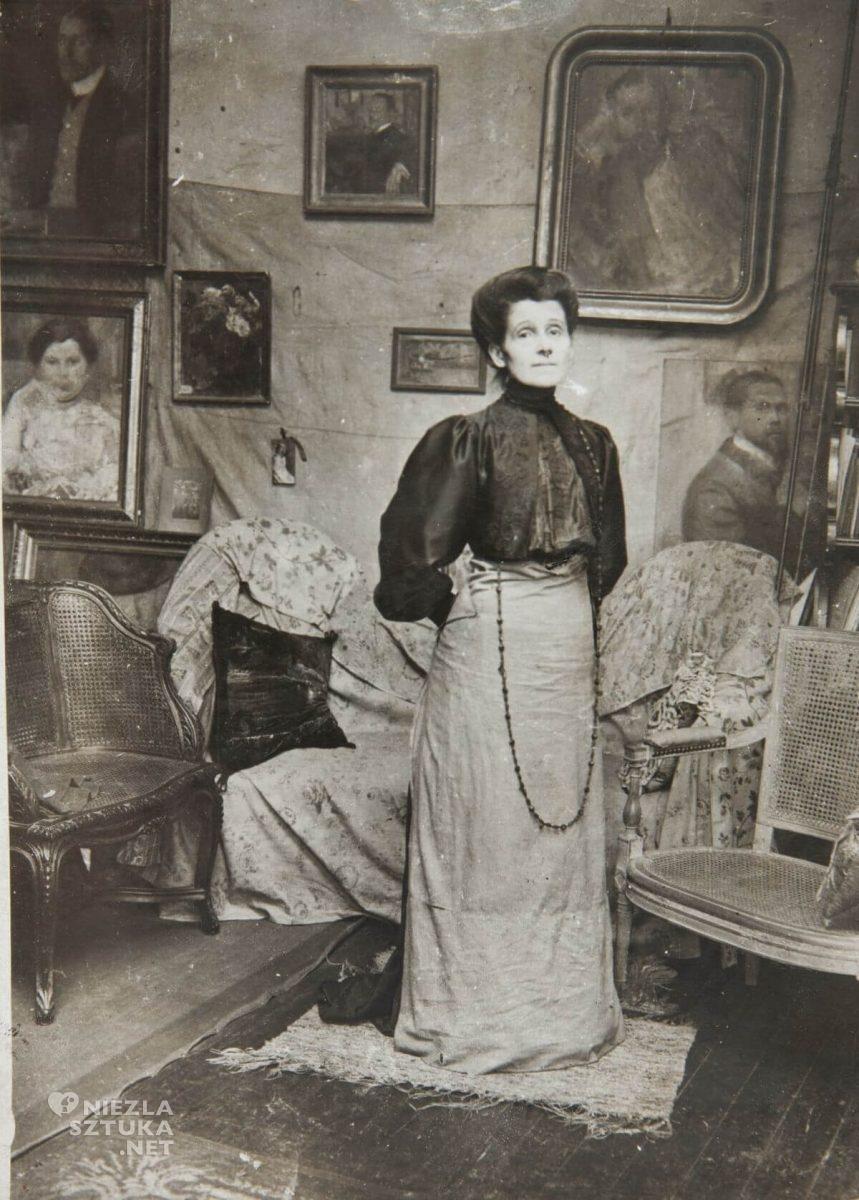 Olga Boznańska w pracowni przy boulevard Montparnasse 49 w Paryżu, fotografia, Niezła sztuka