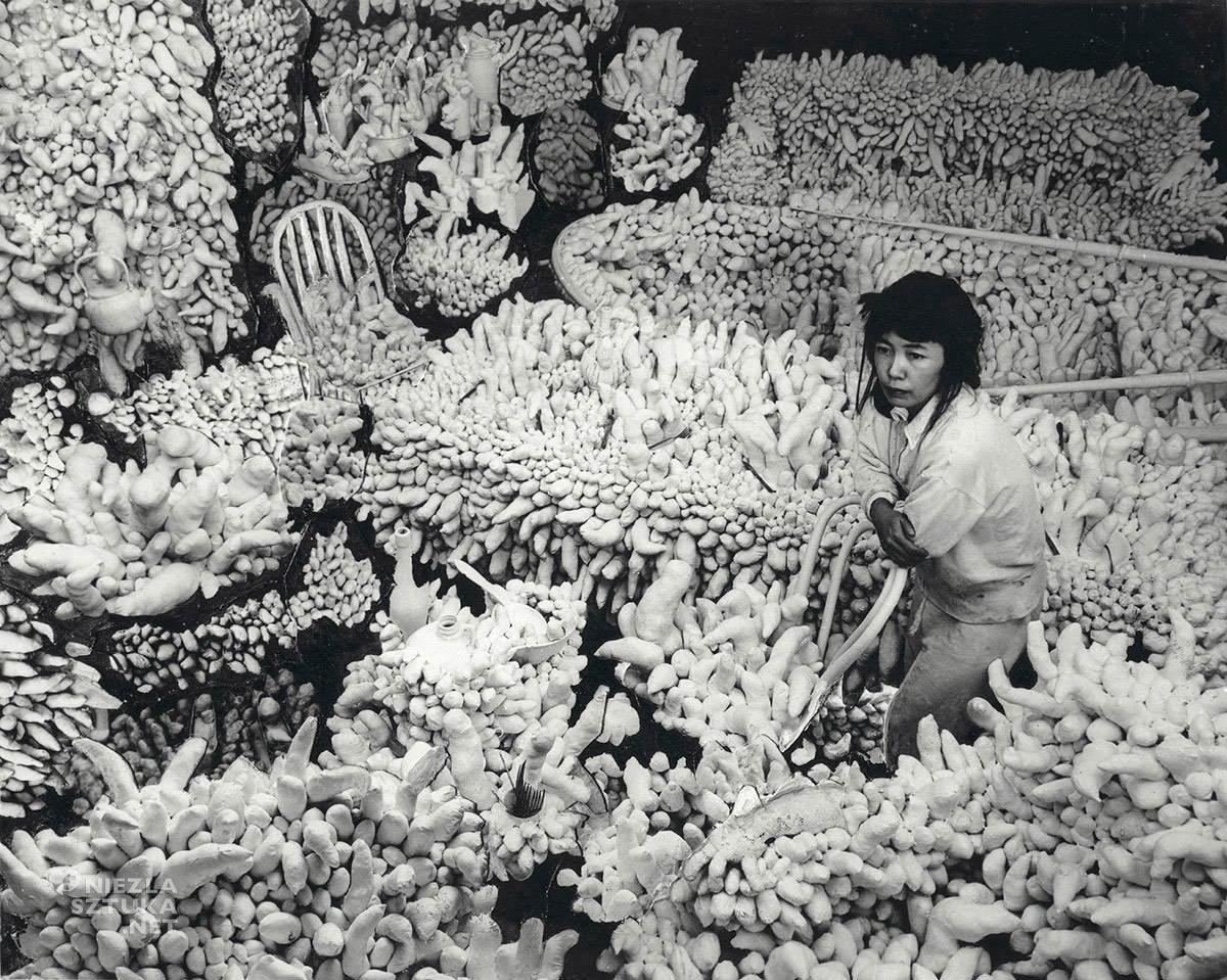 Yayoi Kusama, kompulsywne meble, sztuka współczesna, kobiety w sztuce, Niezła Sztuka