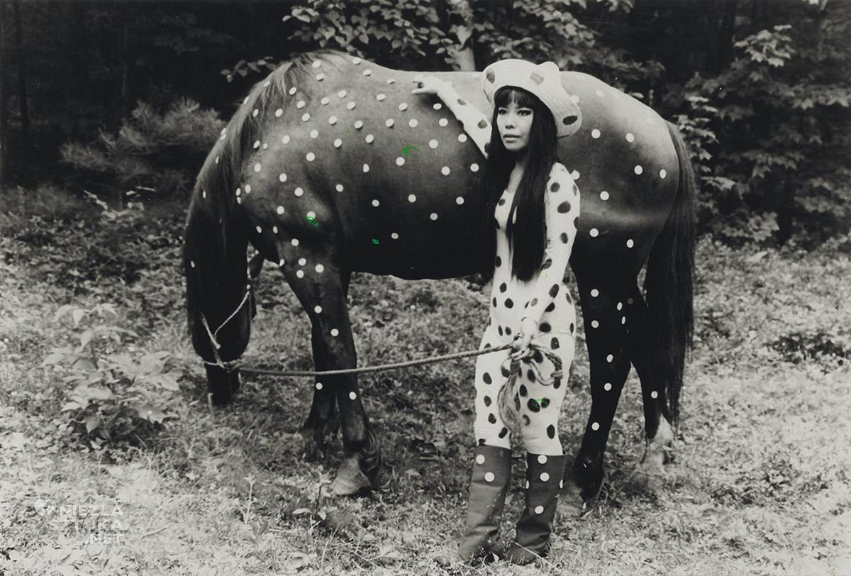 Yayoi Kusama, sztuka współczesna, kobiety w sztuce, happening, Niezła Sztuka