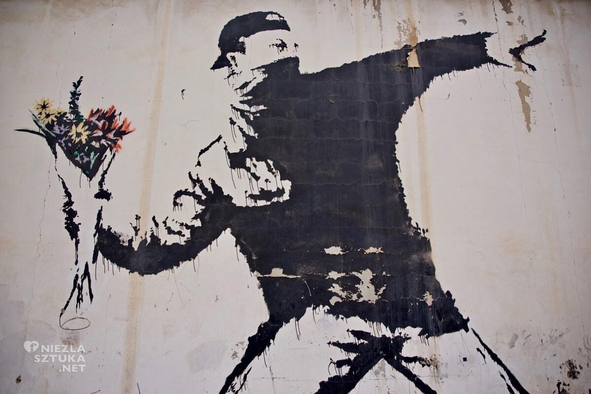 Banksy, Betlejem, Love is in the air, flower thrower, street art, grafiti, Niezła Sztuka